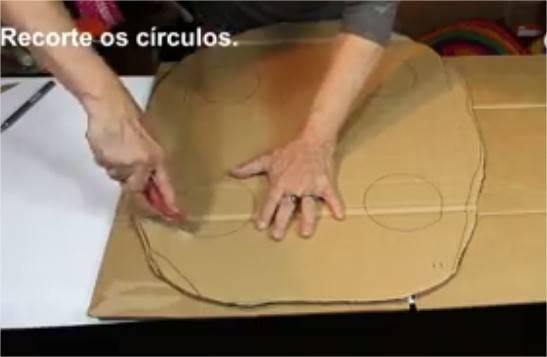 Mesa feita reaproveitando caixas de papelão
