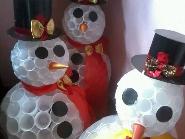 boneco de neve feito de copos descartáveis